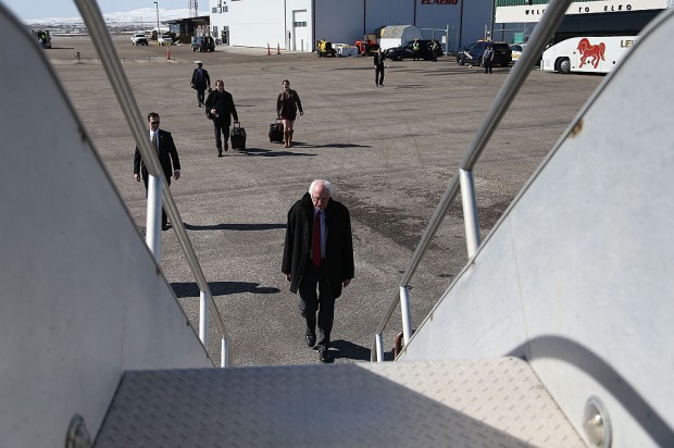 ELKO, NV - FEBRUARY 19: Democratic presidential candidate Sen. Bernie Sanders (D-VT) walks to his plane at Elko regional airport as he continues to campaign on February 19, 2016 in Elko, Nevada. Sanders is challenging Hillary Clinton for the Democratic presidential nomination ahead of Nevada's February 20 Democratic caucus. (Photo by Joe Raedle/Getty Images)