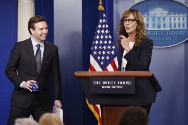 """White House Press Secretary Josh Earnest (L) and actress Allison Janney, who played a fictional press secretary in """"The West Wing"""" television show, stand together at the lectern before the daily press briefing at the White House in Washington, U.S., April 29, 2016. REUTERS/Jonathan Ernst"""
