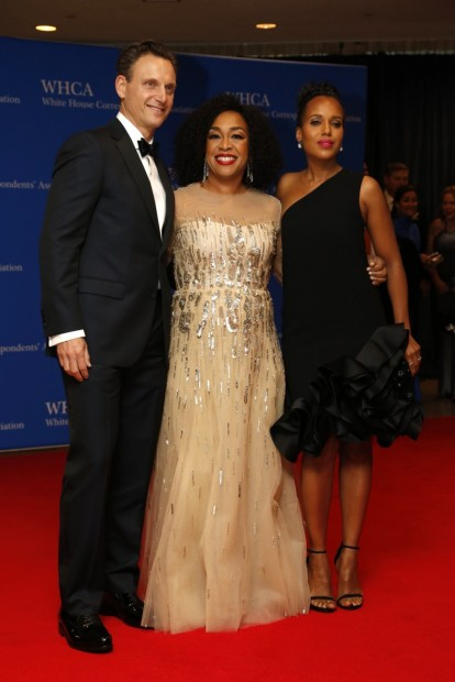Actor Tony Goldwyn, television producer Shonda Rhimes and actress Kerry Washington (R) arrive on the red carpet for the annual White House Correspondents Association Dinner in Washington, U.S., April 30, 2016. REUTERS/Jonathan Ernst