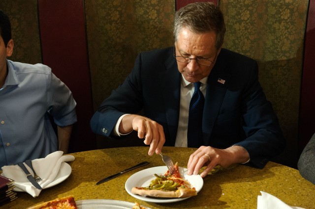 John Kasich eats pizza with a fork