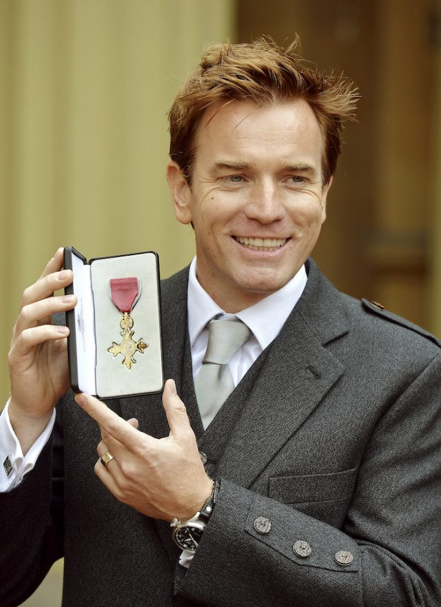 Actor Ewan McGregor poses with his Officer of the Most Excellent Order of the British Empire (OBE) medal, after being presented with it by Prince Charles during an investiture ceremony at Buckingham Palace in London June 28, 2013. REUTERS/John Stillwell/pool (ROYALS ENTERTAINMENT) - RTX114SQ