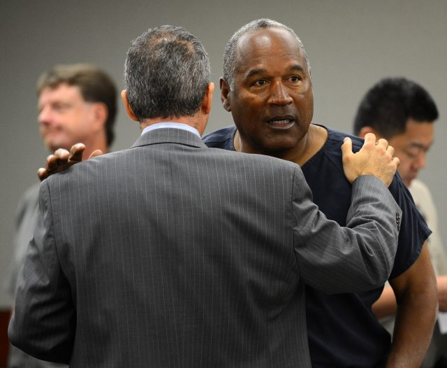 Simpson talks to his defense attorney Ozzie Fumo during a break in an evidentiary hearing in Clark County District Court on May 14, 2013 in Las Vegas, Nevada. (Photo: Ethan Miller/Getty Images)