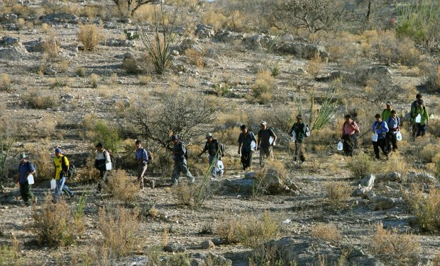Mexican immigrants walk in line through the Arizona desert near Sasabe, Sonora state, in an attempt to illegally cross the Mexican-US border, 06 April 2006. While thousands of mexicans try to cross the border daily from Sasabe city, the US Senate reached a breakthrough agreement on a legislation that would grant legal residency status to millions of undocumented workers in the United States. AFP PHOTO/ Omar TORRES