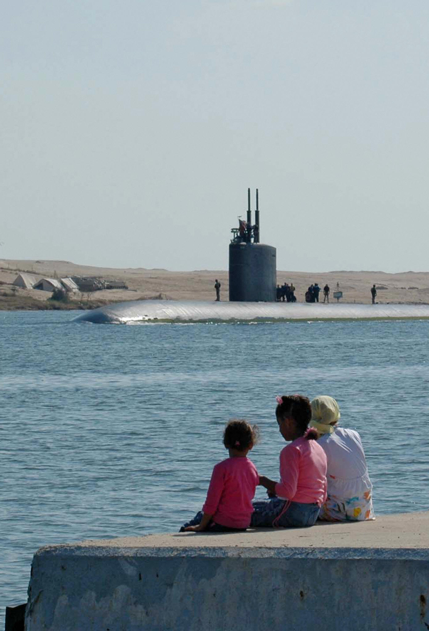 The attack submarine USS Alexandria passes through the Suez Canal by the Egyptian city of Ismailia, 100 kilometers northeast of Cairo (Getty Images)