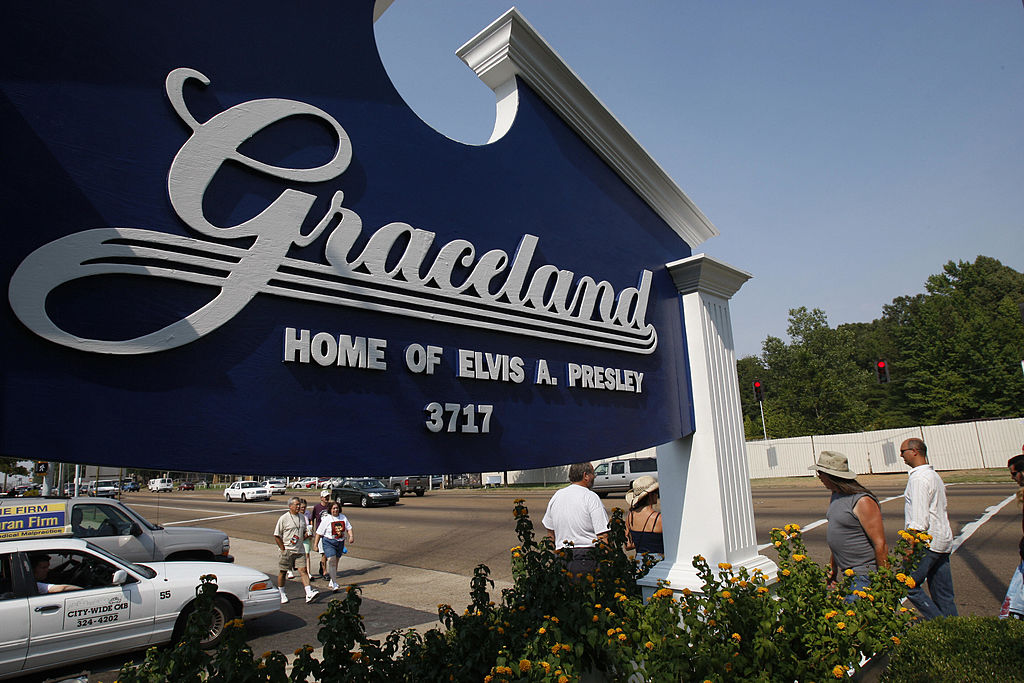 Fans walk by the entrance to Graceland, the home of Elvis Presley, 14 August 2007, in Memphis, Tennessee. (Getty Images)