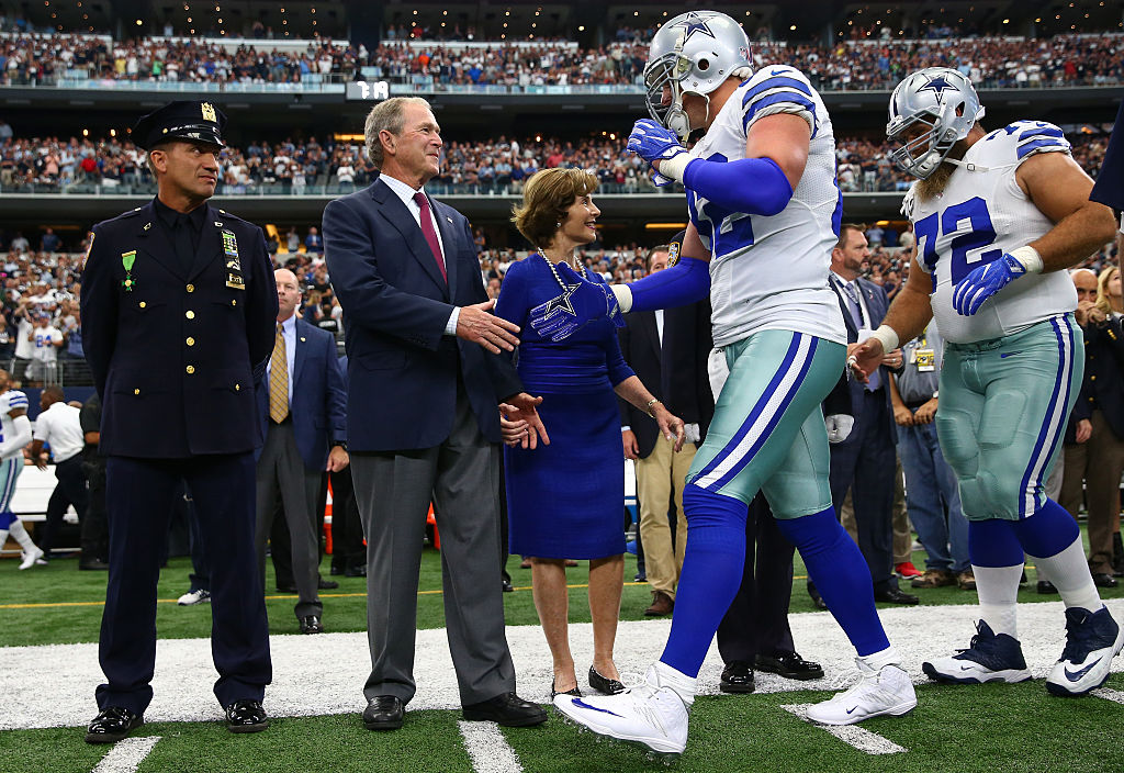 Former U.S. President George W. Bush shakes Jason Witten's hand before the Cowboys vs. Giants game on September 11, 2016 in Arlington, Texas. (Photo by Tom Pennington/Getty Images)