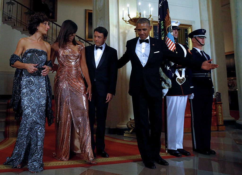 US President Barack Obama and First lady Michelle Obama welcome Italian Prime Minister Matteo Renzi and his wife Agnese Landini for the State Dinner at the White House. (Photo credit should read YURI GRIPAS/AFP/Getty Images)