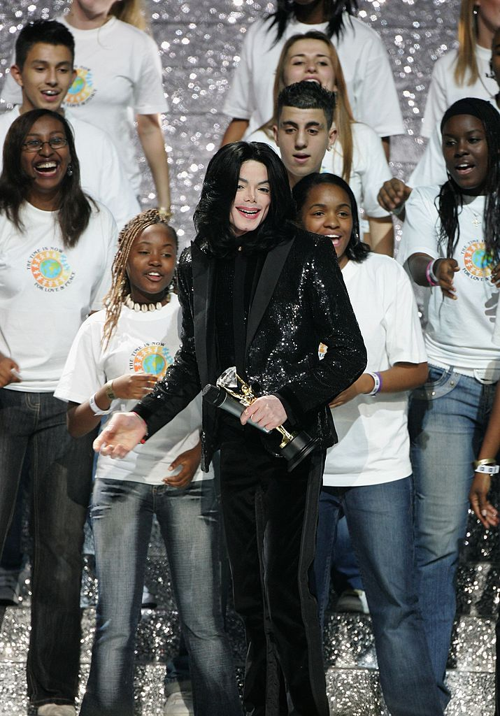 Singer Michael Jackson performs on stage during the 2006 World Music Awards at Earls Court on November 15, 2006 in London. (Photo by MJ Kim/Getty Images)