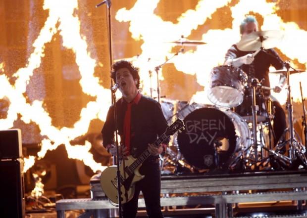 """Green Day performs """"Bang Bang"""" at the 2016 American Music Awards in Los Angeles, California, U.S., November 20, 2016. REUTERS/Mario Anzuoni"""