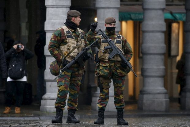 Belgian soldiers patrol Brussels' Grand Place during a continued high level of security following the recent deadly Paris attacks, Belgium, November 24, 2015. REUTERS/Benoit Tessier - RTX1VLSO