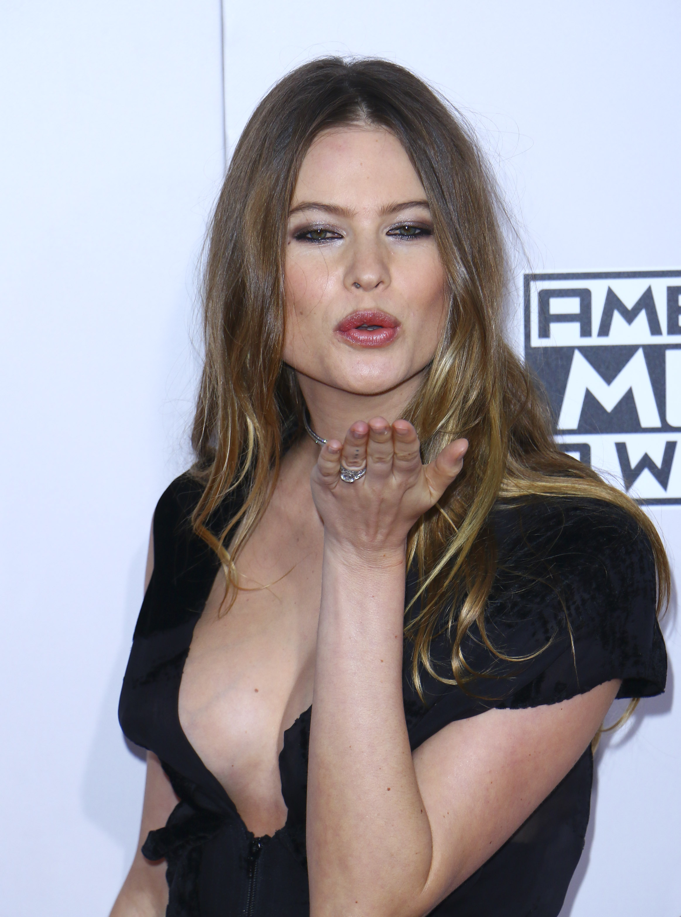 Behati blows a kiss at the cameras. (Photo credit: Splash News)