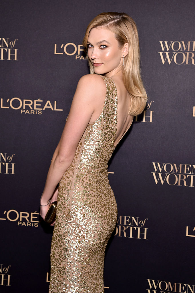 Model Karlie Kloss takes a selfie at the L'Oreal Paris Women of Worth Celebration 2016 Arrivals on November 16, 2016 in New York City. (Photo by Michael Loccisano/Getty Images for L'Oreal)