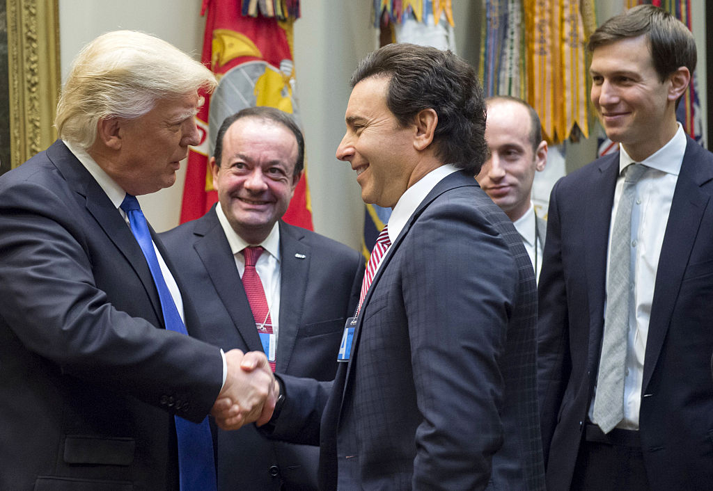 Donald Trump shakes hands with Mark Fields (Getty Images)