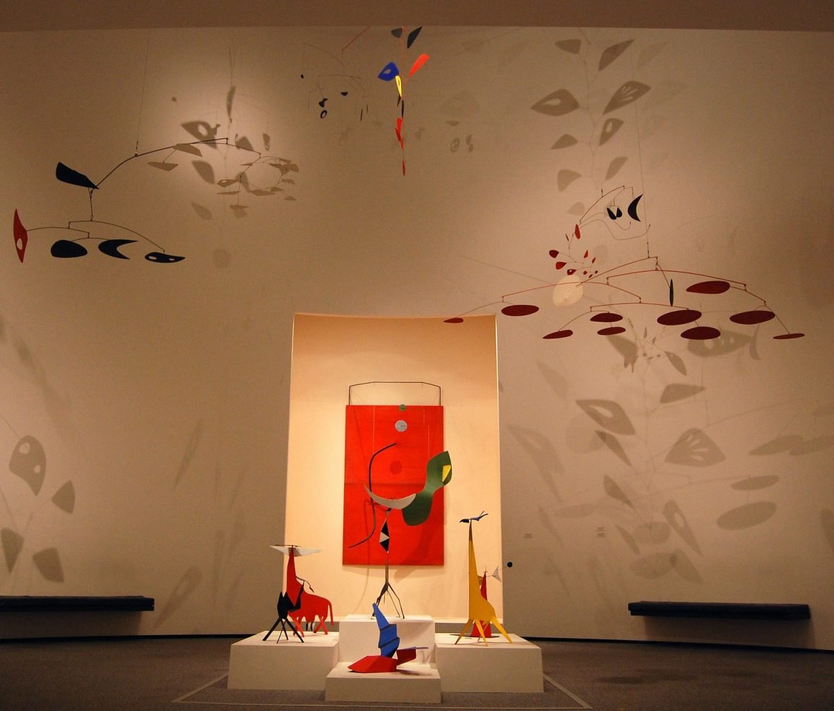 The Calder room at the National Gallery, East Wing. Photo by John-Donges, Flikr. http://bit.ly/2iqARzq.