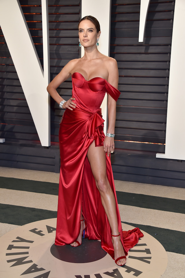 BEVERLY HILLS, CA - FEBRUARY 26: Model Alessandra Ambrosio attends the 2017 Vanity Fair Oscar Party hosted by Graydon Carter at Wallis Annenberg Center for the Performing Arts on February 26, 2017 in Beverly Hills, California. (Photo by Pascal Le Segretain/Getty Images)