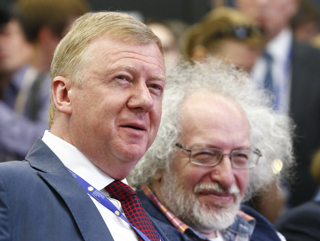 Chairman of the Executive Board of RUSNANO Corporation Anatoly Chubais (L) and Russian journalist Alexei Venediktov attend a session of the St. Petersburg International Economic Forum 2016 in St. Petersburg, Russia, June 16, 2016. REUTERS/Sergei Karpukhin
