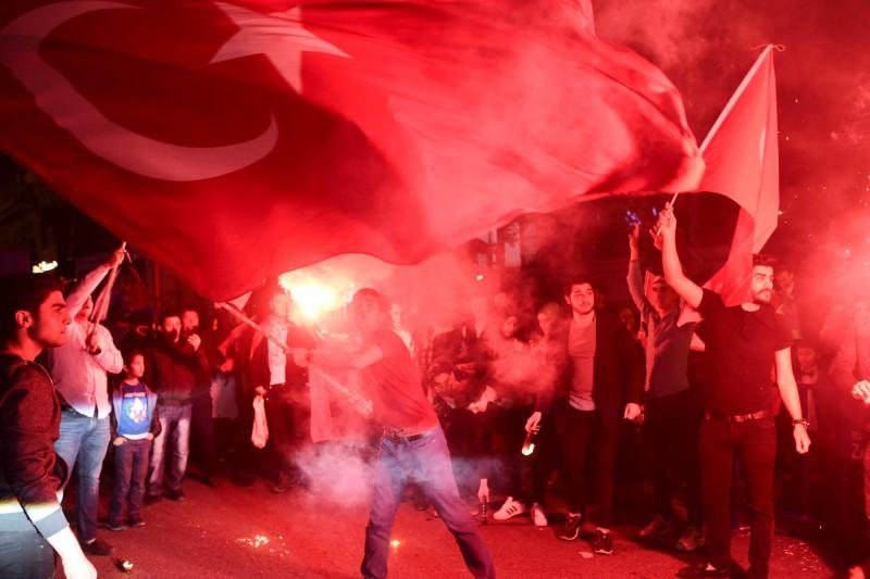 Supporters of Turkish President Tayyip Erdogan celebrate in Istanbul, Turkey April 16, 2017. REUTERS/Yagiz Karahan