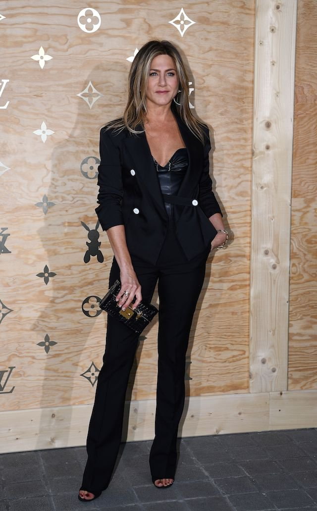 US actress Jennifer Aniston poses during a photocall ahead of a diner for the launch of a Louis Vuitton leather goods collection in collaboration with US artist Jeff Koons, at the Louvre in Paris on April 11, 2017. / AFP PHOTO / GABRIEL BOUYS (Photo credit should read GABRIEL BOUYS/AFP/Getty Images)