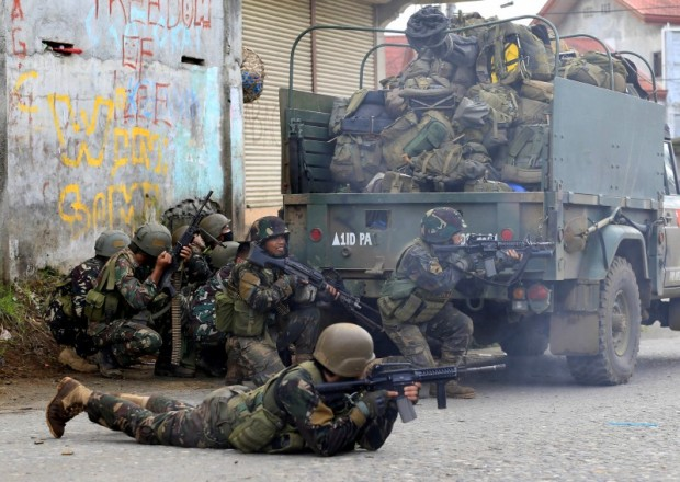 Government troops are seen during an assault on insurgents from the so-called Maute group, who have taken over large parts of Marawi City. REUTERS/Romeo Ranoco