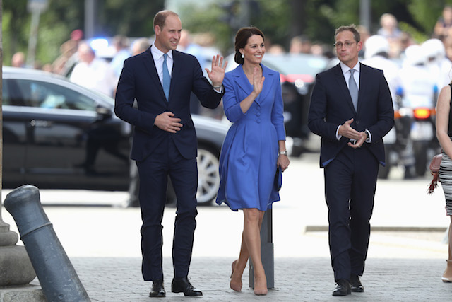 BERLIN, GERMANY - JULY 19: Prince William, Duke of Cambridge, Catherine, Duchess of Cambridge and Berlin Mayor Michael Mueller arrive at the Brandenburg Gate during an official visit to Poland and Germany on July 19, 2017 in Berlin, Germany. (Photo by Sean Gallup/Getty Images)
