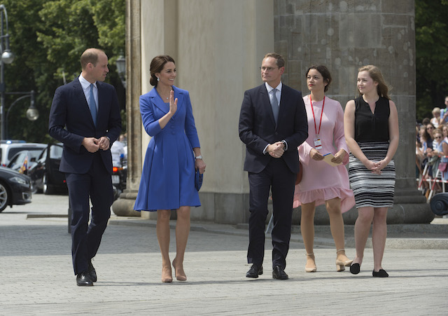 BERLIN, GERMANY - JULY 19: Prince William, Duke of Cambridge, Catherine, Duchess of Cambridge, Berlin Mayor Michael Mueller and his daughter Nina arrive at the Brandenburg Gate during an official visit to Poland and Germany on July 19, 2017 in Berlin, Germany. (Photo by Julian Simmonds - Pool/Getty Images)