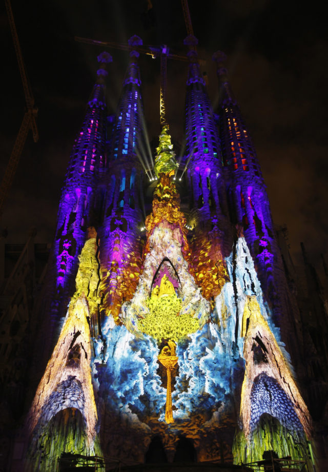 "The Basilica Sagrada Familia is illuminated during the ""Montreal Signe Ode a la Vie"" light show by Canadian company Moment Factory as part of the Merce Festival in Barcelona, September 21, 2012. REUTERS/Albert Gea (SPAIN - Tags: ENTERTAINMENT SOCIETY) - RTR38998"