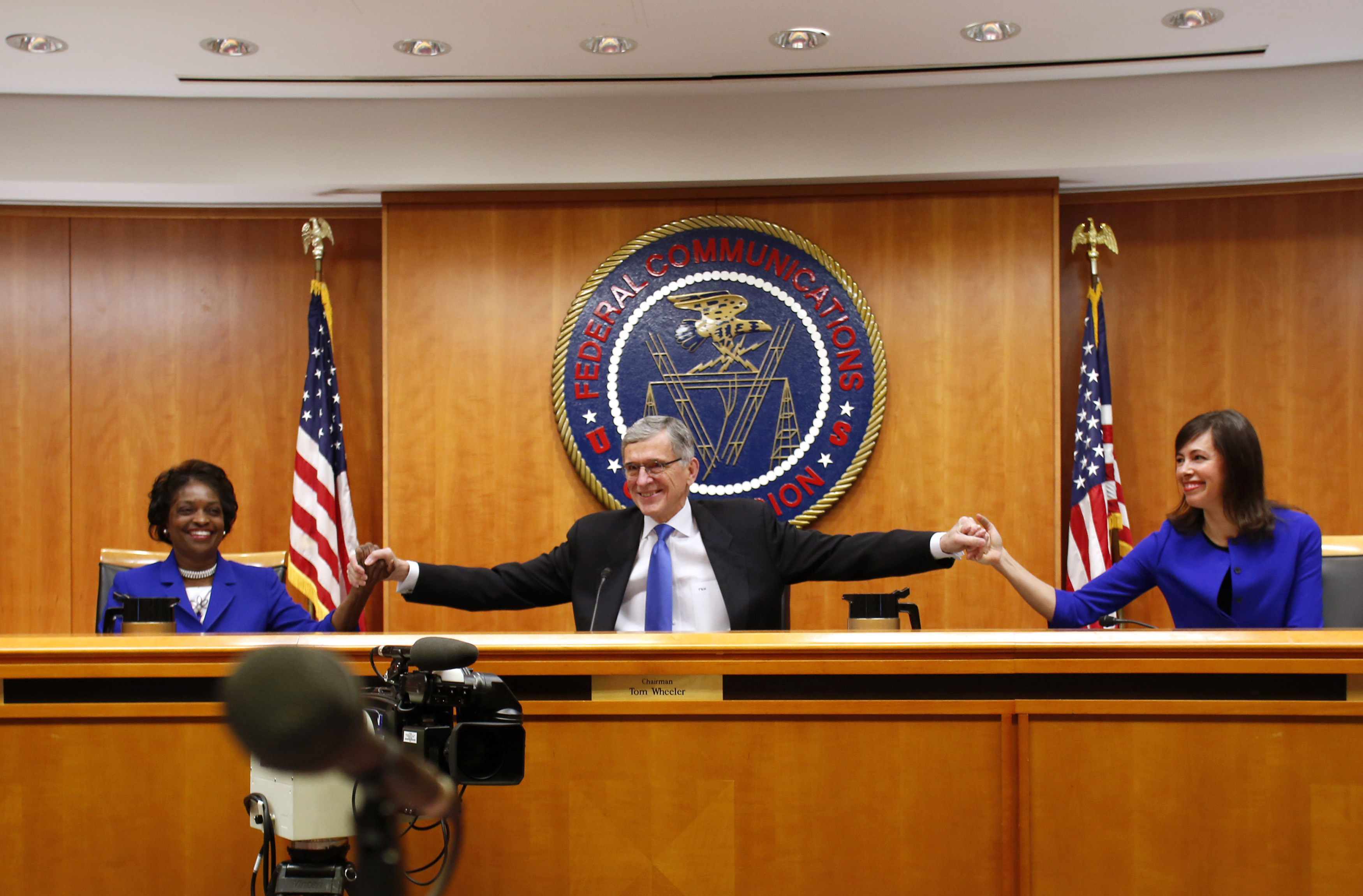Federal Communications Commission (FCC) Chairman Tom Wheeler (C) greets Democratic commissioners Mignon Clyburn (L) and Jessica Rosenworcel at the FCC Net Neutrality hearing in Washington February 26, 2015. [REUTERS/Yuri Gripas]