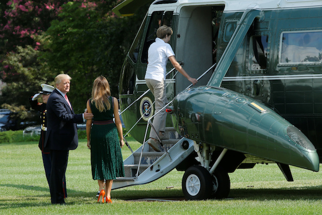 U.S. President Donald Trump with First Lady Melania Trump and their son Barron board the Marine One helicopter on the South Lawn of the White House in Washington, U.S., before their departure to Camp David, August 25, 2017. REUTERS/Yuri Gripas - RTS1DCC8