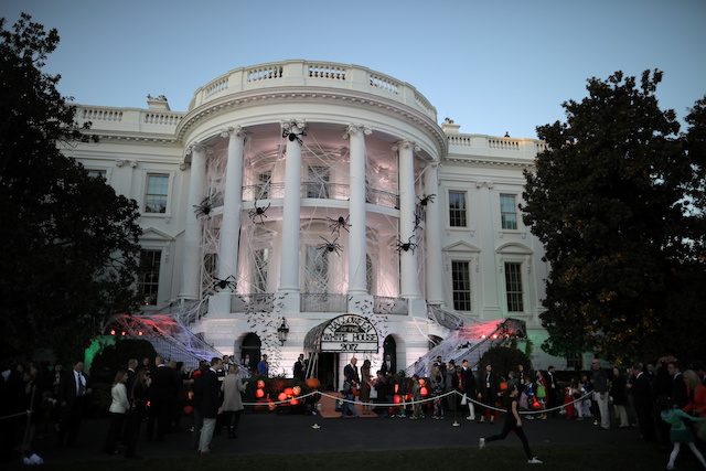 U.S. President Donald Trump and First Lady Melania Trump give out Halloween treats to children at the South Portico of the White House in Washington, U.S., October 30, 2017. REUTERS/Carlos Barria - RC163E40D900