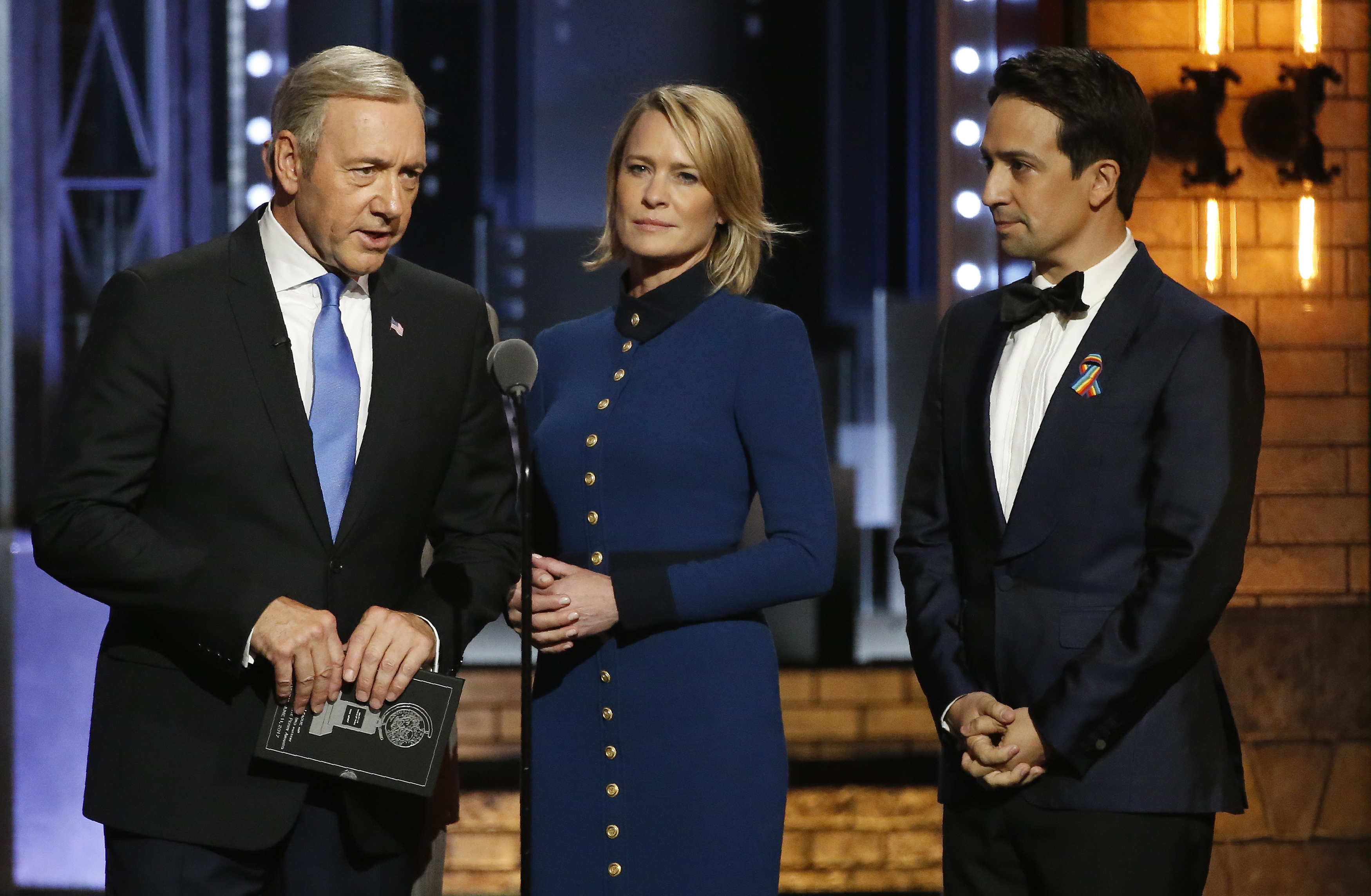 71st Tony Awards – Show – New York City, U.S., 11/06/2017 - Playwright Lin Manuel Miranda with House of Cards cast members Kevin Spacey and Robin Wright. REUTERS/Carlo Allegri - HP1ED6C09Z5P6