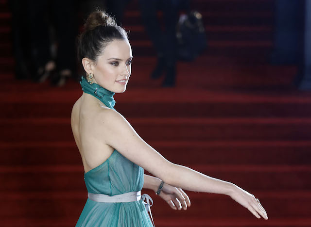 English actress Daisy Ridley poses upon arrival to attend the world premiere of the film 'Murder on the Orient Express' at the Royal Albert Hall in west London on November 2, 2017. / AFP PHOTO / Tolga AKMEN (Photo credit should read TOLGA AKMEN/AFP/Getty Images)