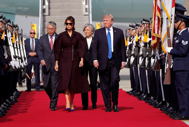 U.S. President Donald Trump and first lady Melania arrive in Seoul, South Korea, November 7, 2017. REUTERS/Jonathan Ernst - RC12EBE11FA0