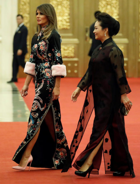 U.S. first lady Melania Trump and Peng Liyuan, wife of China's President Xi Jinping, arrive at a state dinner in honor of U.S. President Donald Trump at the Great Hall of the People in Beijing, China November 9, 2017. REUTERS/Jonathan Ernst - RC1391C167B0