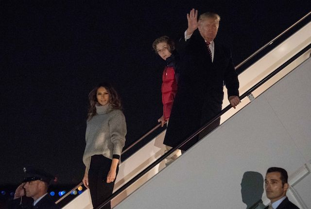 US President Donald Trump (R), his son Barron (2nd R) and First Lady Melania Trump step off Air Force One at Andrews Air Force Base in Maryland on November 26, 2017 upon their return from their Thanksgiving holiday at Trump's Mar-a-Lago resort in Florida. / AFP PHOTO / NICHOLAS KAMM (Photo credit should read NICHOLAS KAMM/AFP/Getty Images)