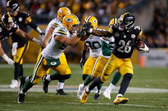 PITTSBURGH, PA - NOVEMBER 26: Le'Veon Bell #26 of the Pittsburgh Steelers carries the ball against Blake Martinez #50 of the Green Bay Packers in the second half during the game at Heinz Field on November 26, 2017 in Pittsburgh, Pennsylvania. (Photo by Justin K. Aller/Getty Images)