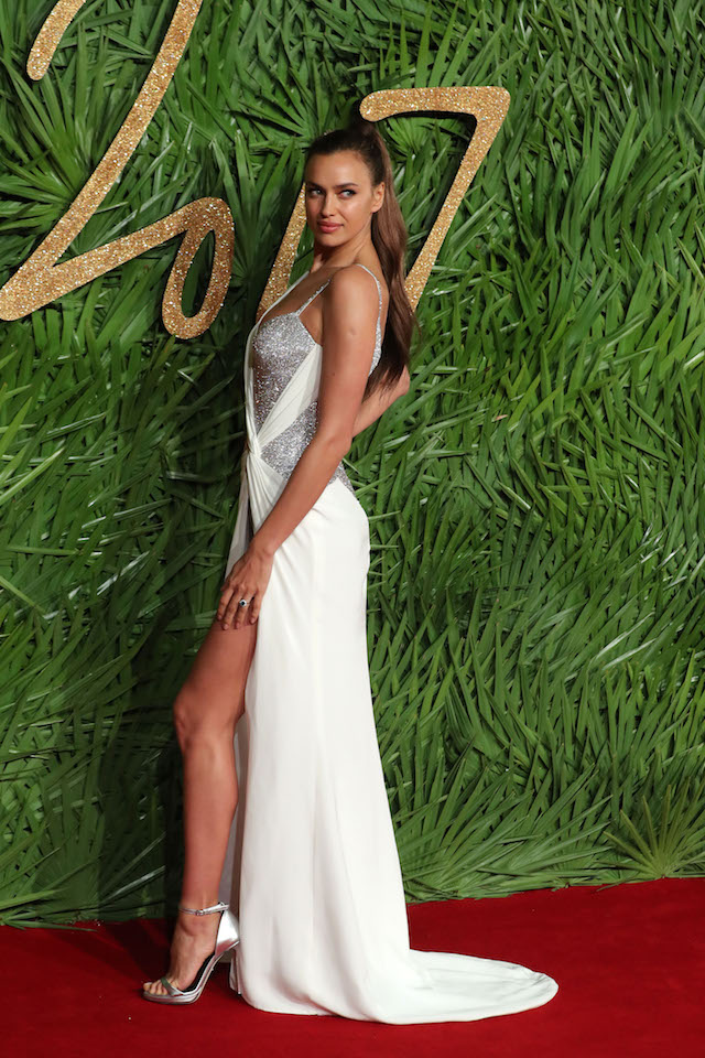 Irina Shayk poses on the red carpet upon arrival to attend the British Fashion Awards 2017 in London on December 4, 2017. / AFP PHOTO / Daniel LEAL-OLIVAS (Photo credit should read DANIEL LEAL-OLIVAS/AFP/Getty Images)