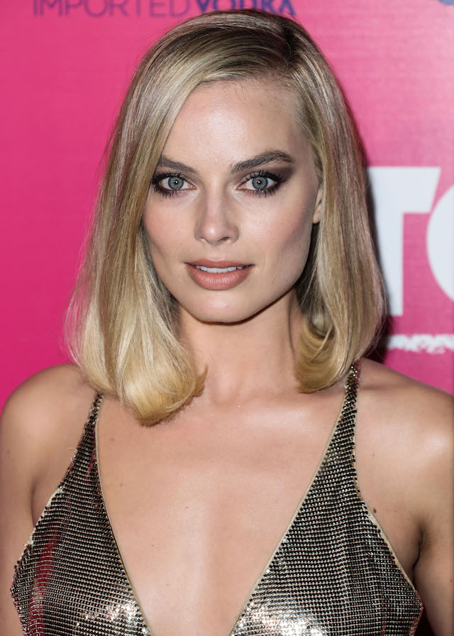 HOLLYWOOD, LOS ANGELES, CA, USA - DECEMBER 05: Actress Margot Robbie wearing a Versace dress arrives at the Los Angeles Premiere Of Neon's 'I, Tonya' held at the Egyptian Theatre on December 5, 2017 in Hollywood, Los Angeles, California, United States. (Photo by Xavier Collin/Image Press Agency/Splash News)