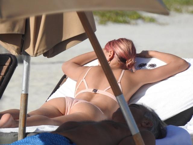 Hailey Rhode Baldwin at the beach in Miami Beach, USA <P> Pictured: Hailey Rhode Baldwin <B>Ref: SPL1641460 010118 </B><BR /> Picture by: Kursi/ Splash News<