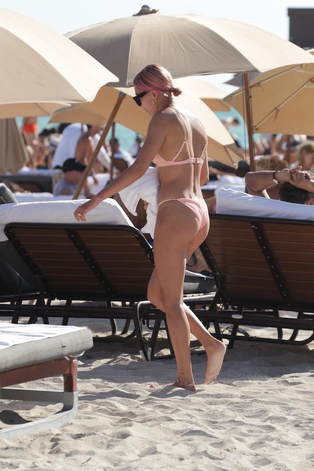 Hailey Baldwin, 21, in a pink bikini on January 1st in Miami Beach, FL. <P> Pictured: Hailey Baldwin <B>Ref: SPL1640889 010118 </B><BR /> Picture by: Pichichipixx.com / Splash News