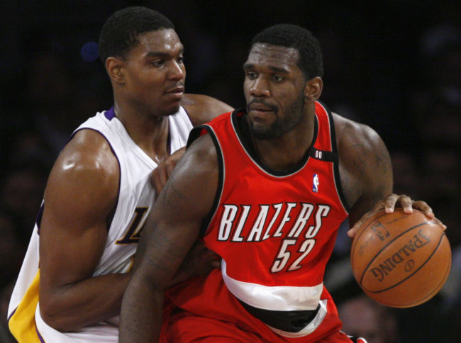 Portland Trail Blazers' Greg Oden (R) drives on Los Angeles Lakers' Andrew Bynum during their NBA basketball game in Los Angeles January 4, 2009. REUTERS/Lucy Nicholson (UNITED STATES)