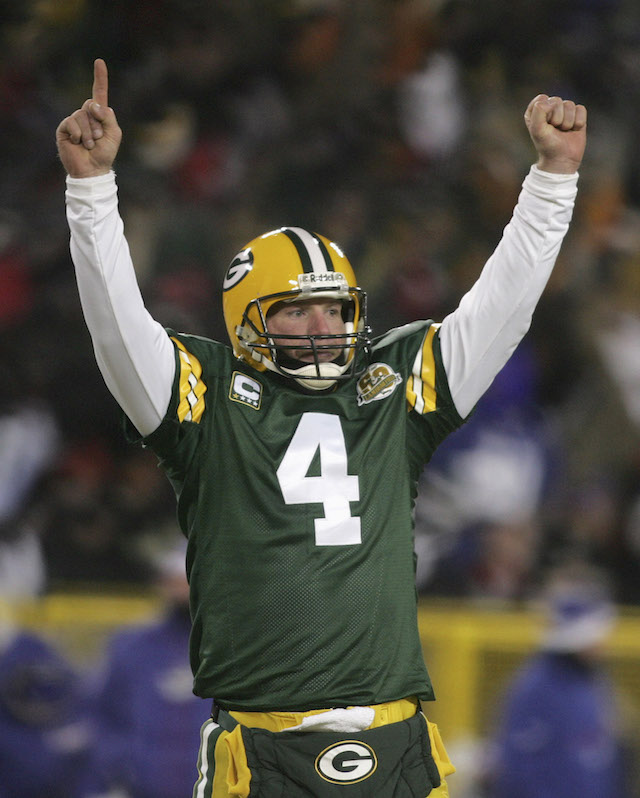 Green Bay Packers quarterback Brett Favre celebrates a Packers touchdown during the NFL's NFC Championship football game against the New York Giants in Green Bay, Wisconsin, January 20, 2008. REUTERS/Allen Fredrickson (UNITED STATES) - GM1DXBXDXVAA