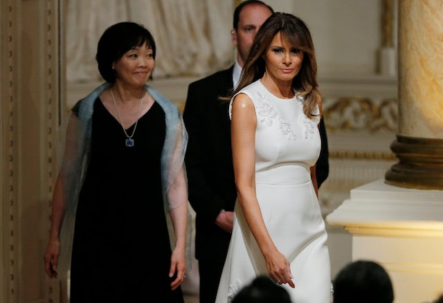 U.S. first lady Melania Trump and Akie Abe (L), wife of Japanese Prime Minister Shinzo Abe, arrive to attend a joint press conference held by U.S. President Donald Trump and Prime Minister Abe at Trump's Mar-a-Lago estate in Palm Beach, Florida, U.S., April 18, 2018. REUTERS/Joe Skipper - HP1EE4I1QKVS5