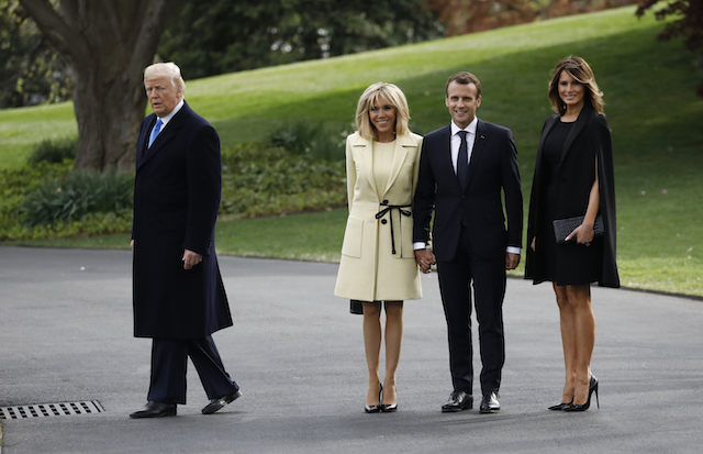 U.S. President Donald Trump leads the way as he and first lady Melania Trump (R) welcome French President Emmanuel Macron and his wife Brigitte Macron at the White House in Washington, U.S., April 23, 2018, REUTERS/Carlos Barria - HP1EE4N1O9XX1