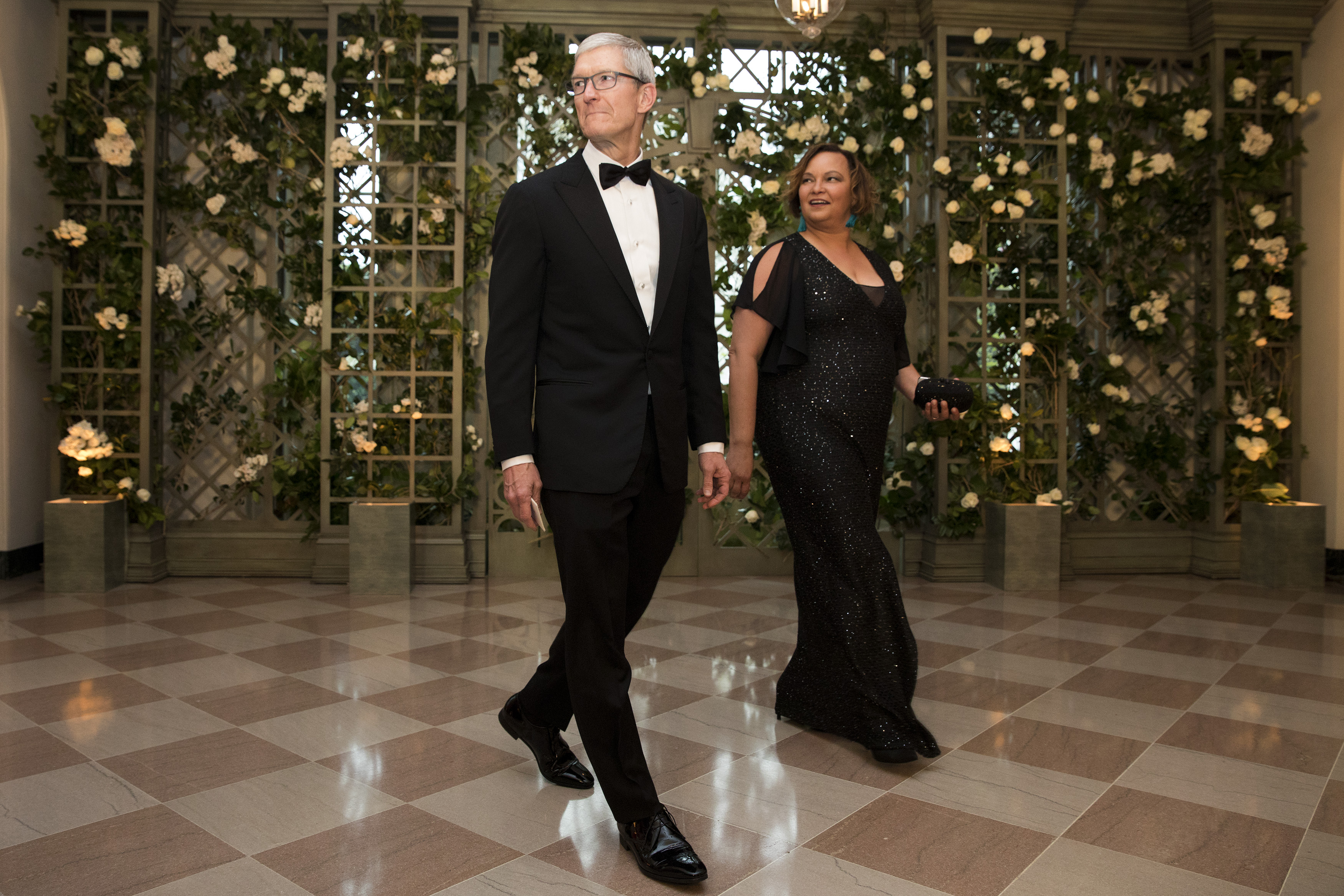 WASHINGTON, DC - APRIL 24: Apple CEO Tim Cook and Lisa Jackson arrive at the White House for a state dinner April 24, 2018 in Washington, DC. (Photo by Aaron P. Bernstein/Getty Images)