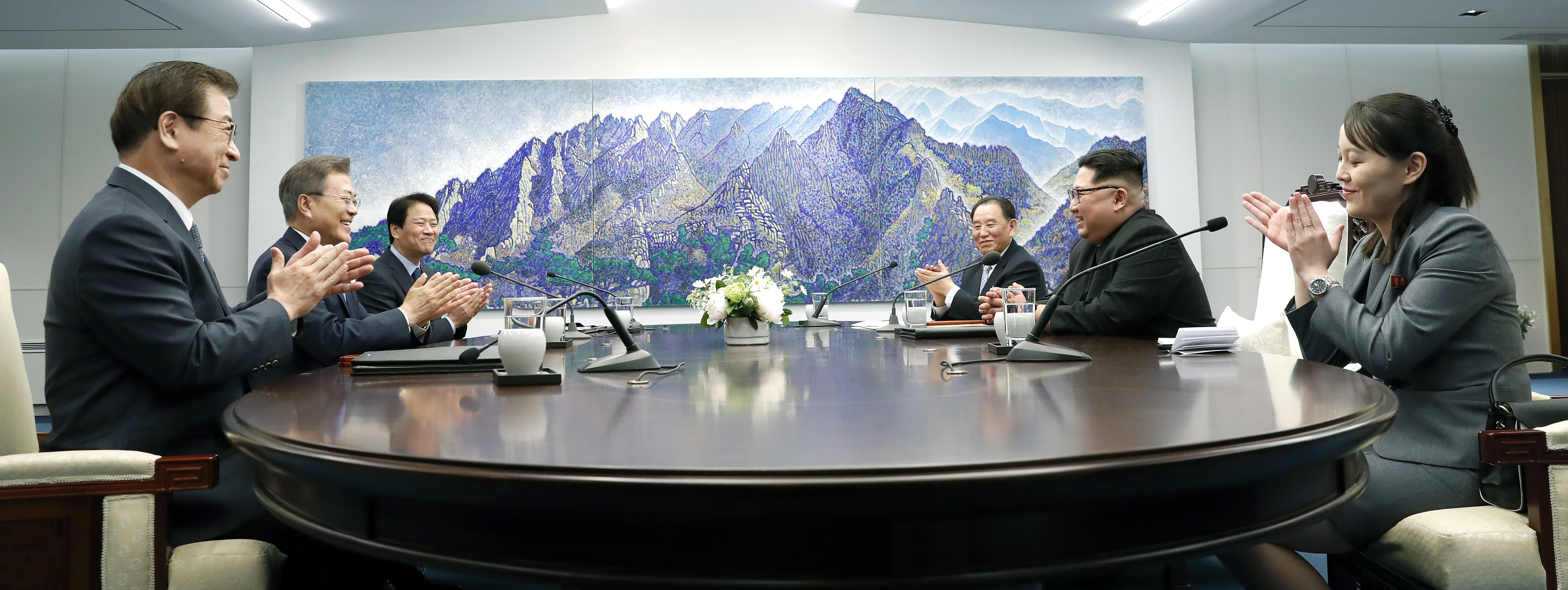 PANMUNJOM, SOUTH KOREA - APRIL 27: South Korean delegation including President Moon Jae-in (L) and North Korean delegation including Leader Kim Jong Un (R) sit down for the Inter-Korean Summit at the Peace House on April 27, 2018 in Panmunjom, South Korea. Kim and Moon meet at the border today for the third-ever inter-Korean summit talks after the 1945 division of the peninsula, and first since 2007 between then President Roh Moo-hyun of South Korea and Leader Kim Jong-il of North Korea. (Photo by Korea Summit Press Pool/Getty Images)