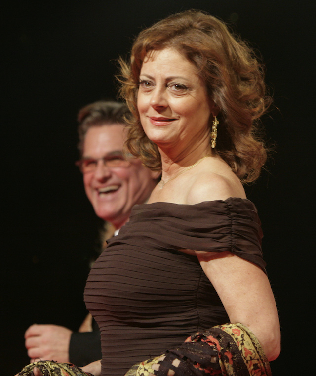 U.S. actors Susan Sarandon and Kurt Russell (L) walk on the red carpet during the opening ceremony of the Cairo International Film Festival November 18, 2008. REUTERS/Asmaa Waguih