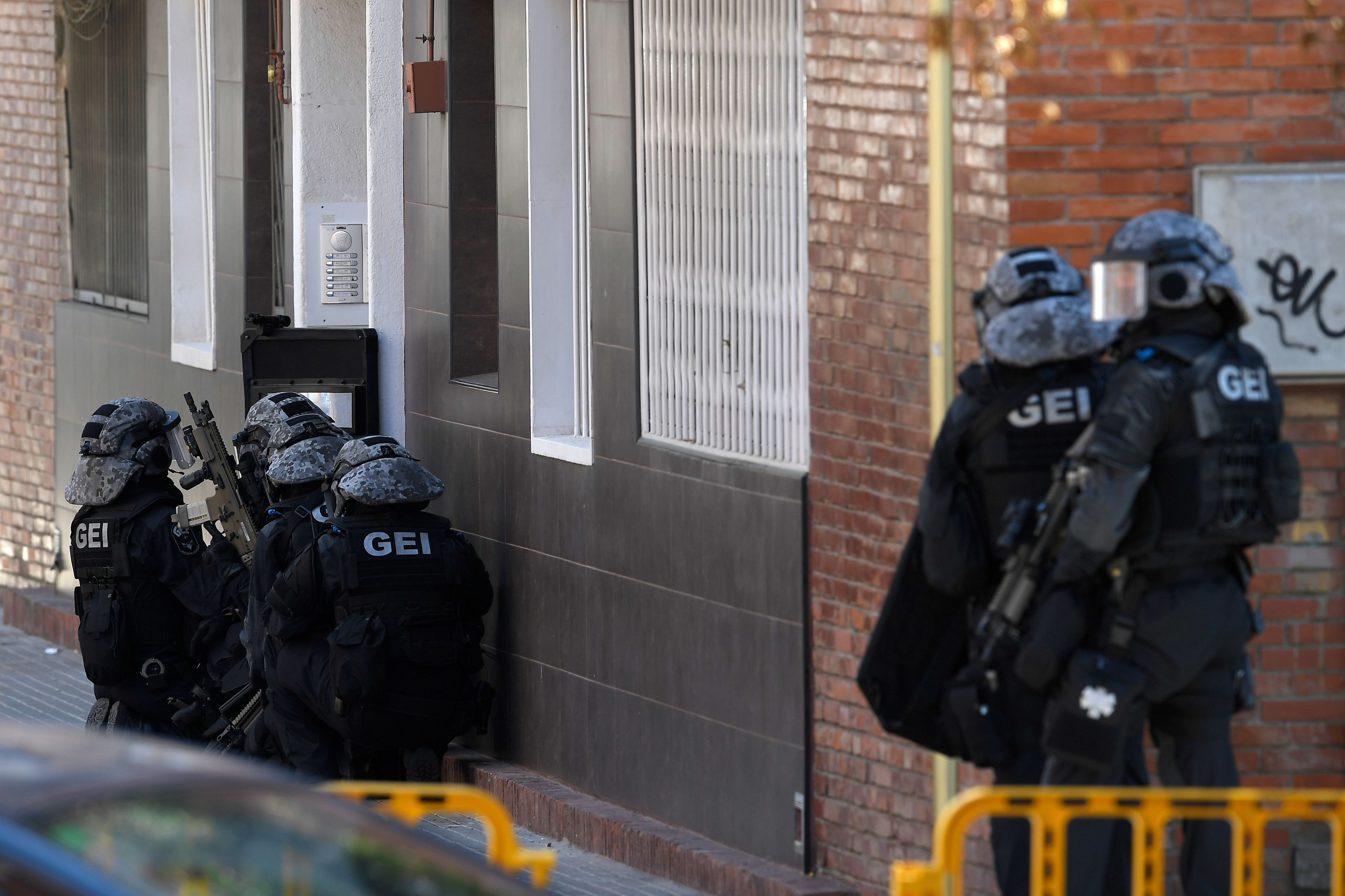 Special police forces prepare to raid the apartment building of a man who tried to attack a police station in Cornella near the northeastern Spanish city of Barcelona on August 20, 2018. - A man armed with a knife was killed when he attacked a police station near Barcelona, police said. (Photo by LLUIS GENE / AFP) (Photo credit should read LLUIS GENE/AFP/Getty Images)